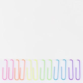 Bandeira do orgulho com clipes de papel coloridos