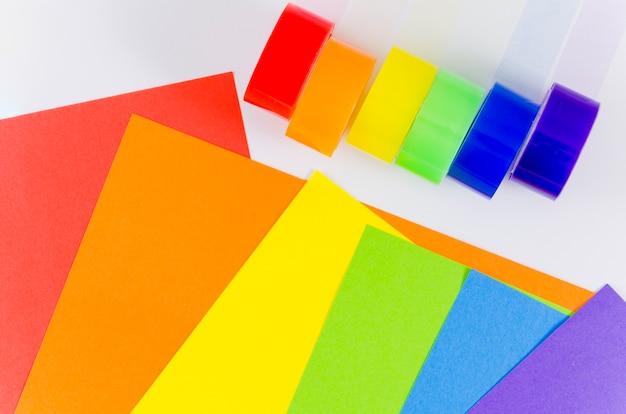 Bandeira do orgulho com folha de papel colorido