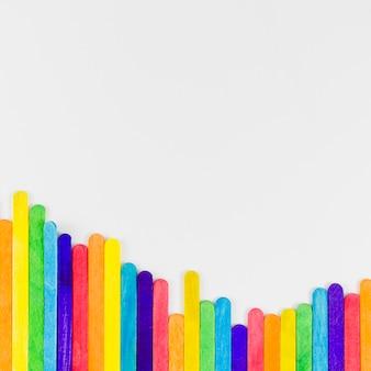 Bandeira do orgulho com varas coloridas