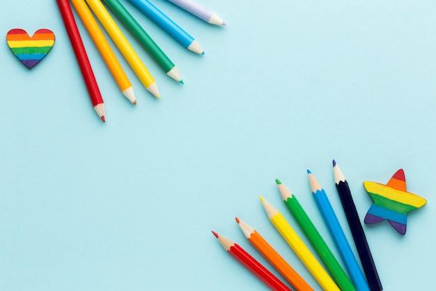 Bandeira do orgulho do arco-íris feita de espaço de cópia de lápis