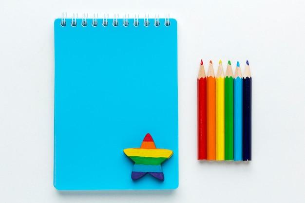Bandeira do orgulho do arco-íris feita de lápis e bloco de notas