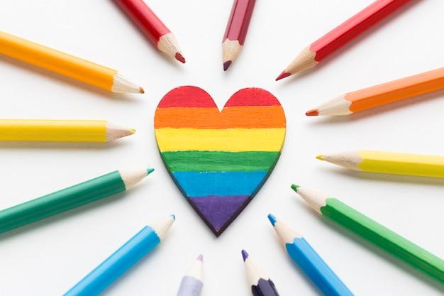 Bandeira do orgulho do arco-íris feita de lápis e coração no meio