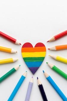 Bandeira do orgulho do arco-íris feita de lápis e coração