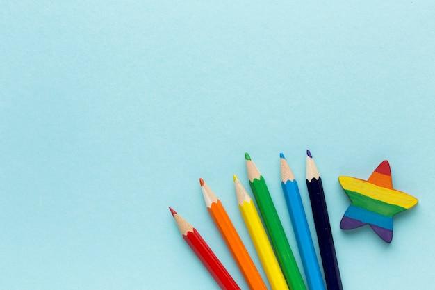 Bandeira do orgulho do arco-íris feita de lápis e estrela