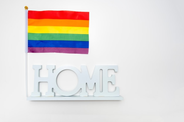 Bandeira do orgulho gay do arco-íris lgbt e uma casa de sinal em branco