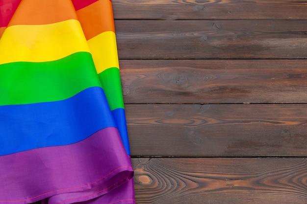 Bandeira do orgulho gay na mesa de madeira, filmado em estúdio