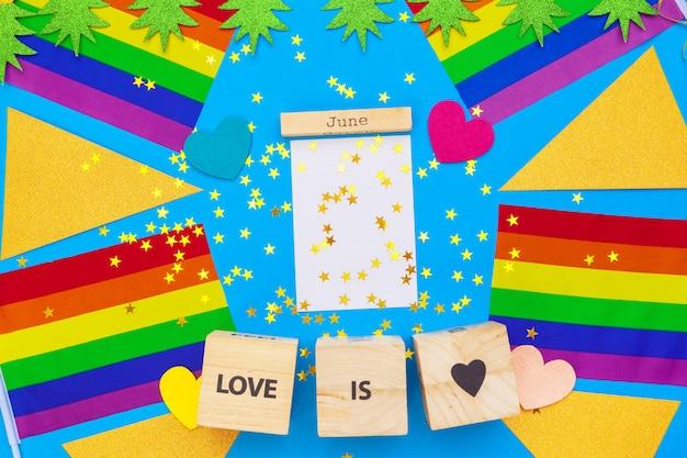 Bandeira do orgulho gay na mesa de madeira
