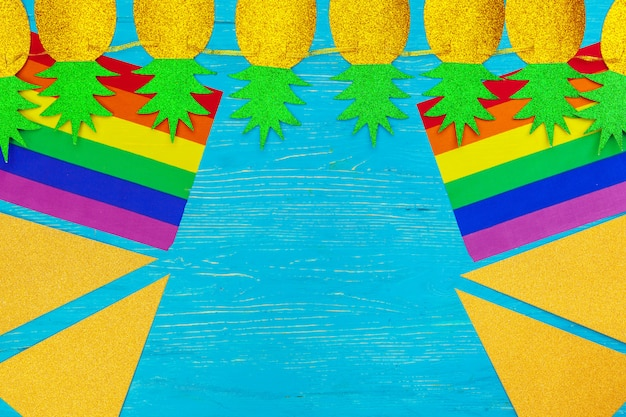 Bandeira do orgulho gay no fundo da mesa de madeira