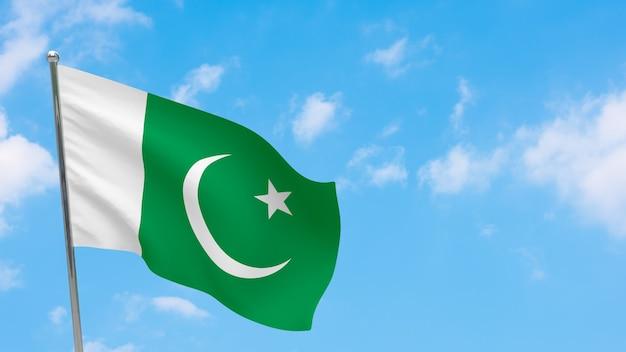 Bandeira do paquistão na pole. céu azul. bandeira nacional do paquistão
