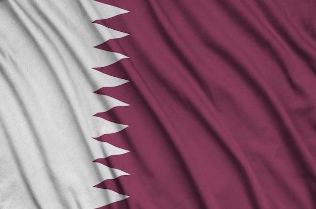 Bandeira do qatar com muitas dobras.