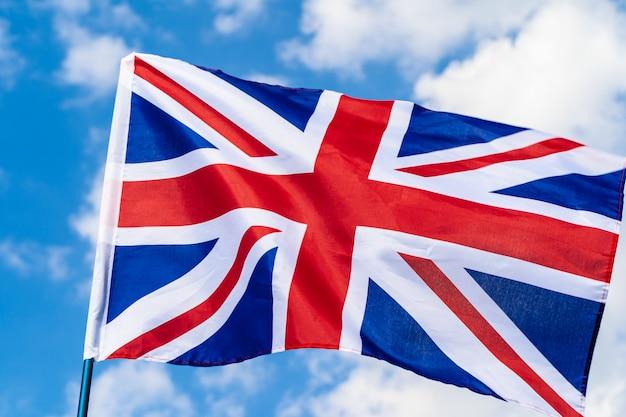 Bandeira do reino unido acenando no vento no céu azul