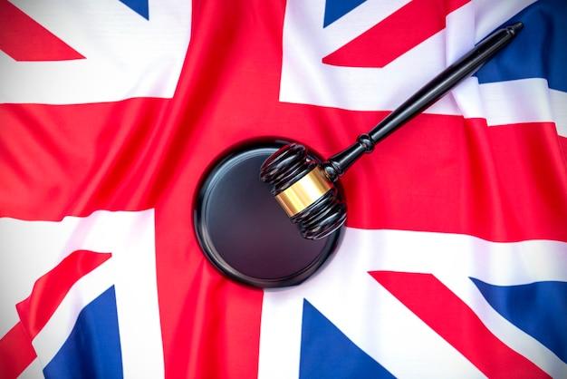 Bandeira do reino unido e martelo de madeira dos juízes
