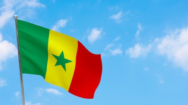 Bandeira do senegal na pole. céu azul. bandeira nacional do senegal