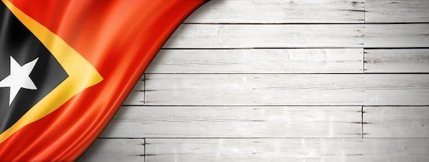 Bandeira do timor leste no velho piso de madeira branco