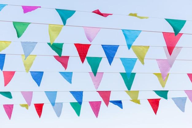Bandeira do triângulo colorido acima do céu