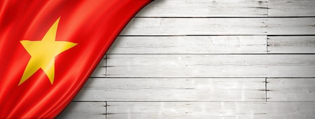 Bandeira do vietnã na velha parede branca. faixa panorâmica horizontal.