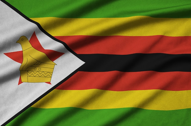 Bandeira do zimbábue com muitas dobras.