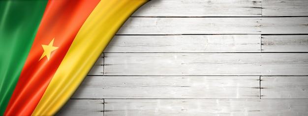 Bandeira dos camarões na velha parede branca. faixa panorâmica horizontal.