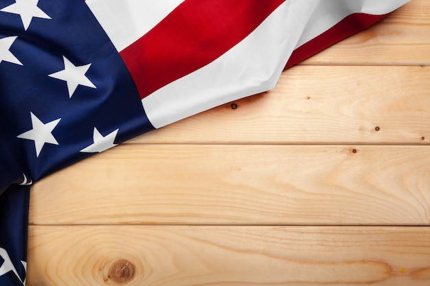 Bandeira dos estados unidos da américa em fundo de madeira. feriado dos eua de veteranos, memorial, independência e dia do trabalho.