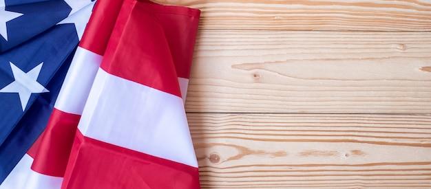 Bandeira dos estados unidos da américa em fundo de madeira.