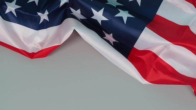 Bandeira dos estados unidos da américa (eua) em fundo cinza.