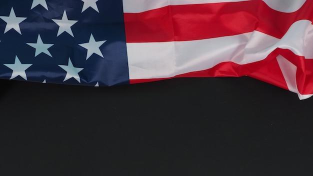 Bandeira dos estados unidos da américa (eua) em fundo preto.
