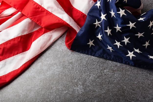 Bandeira dos estados unidos da américa, lembrança do memorial e obrigado do herói, estúdio filmado com placa de concreto com espaço de cópia