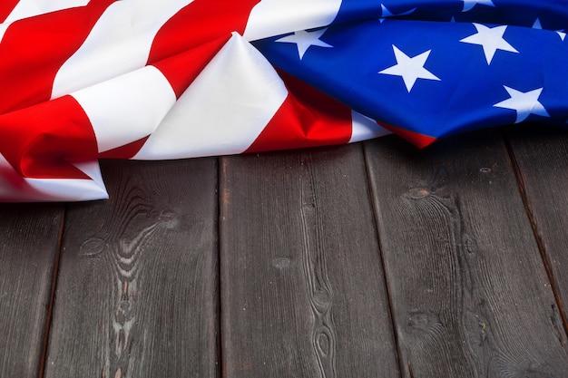 Bandeira dos estados unidos da américa na mesa de madeira