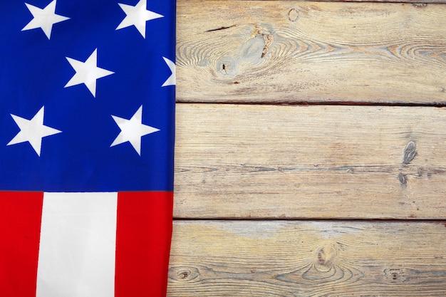 Bandeira dos estados unidos da américa na superfície da superfície de madeira