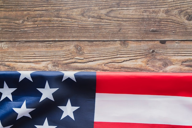 Bandeira dos estados unidos dobrada na madeira