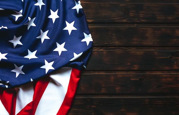 Bandeira dos estados unidos na mesa de madeira marrom.