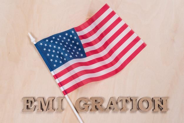 Bandeira dos estados unidos, palavra emigração em letras abstratas