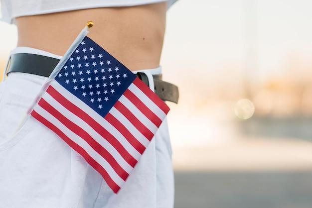 Bandeira dos eua close-up no bolso da mulher