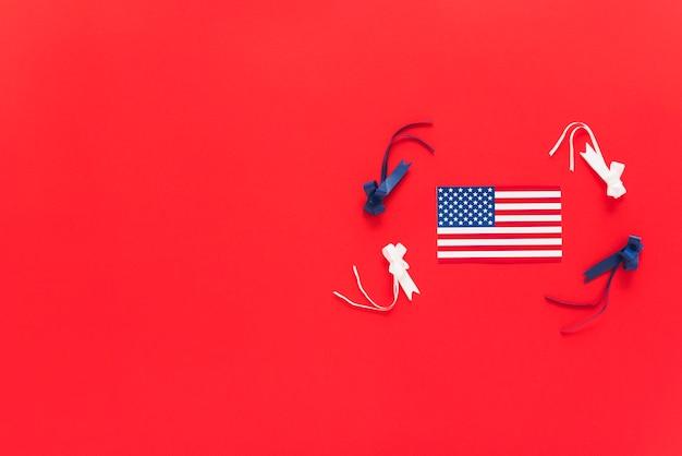 Bandeira dos eua com fitas coloridas