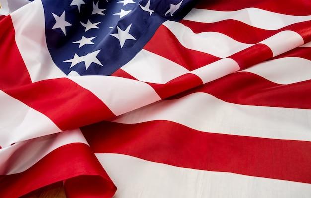 Bandeira dos eua com onda perto do fundo