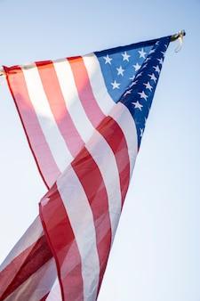 Bandeira dos eua de ângulo baixo no céu