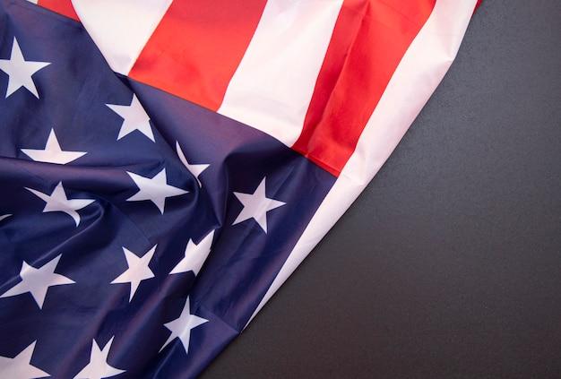 Bandeira dos eua de tecido e quadro preto como pano de fundo, para texto