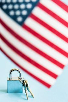 Bandeira dos eua e cadeado com chaves