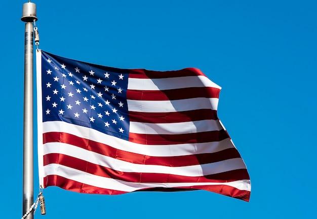 Bandeira dos eua e céu azul claro como plano de fundo