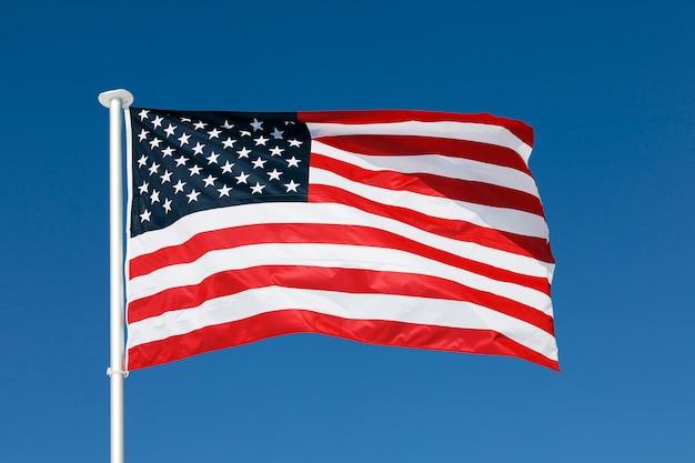 Bandeira dos eua e céu azul no verão
