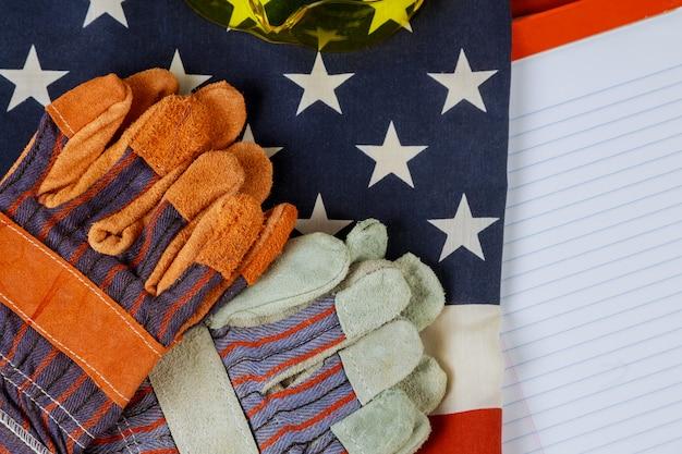 Bandeira dos eua e luvas de couro feliz dia do trabalho americano patriótico