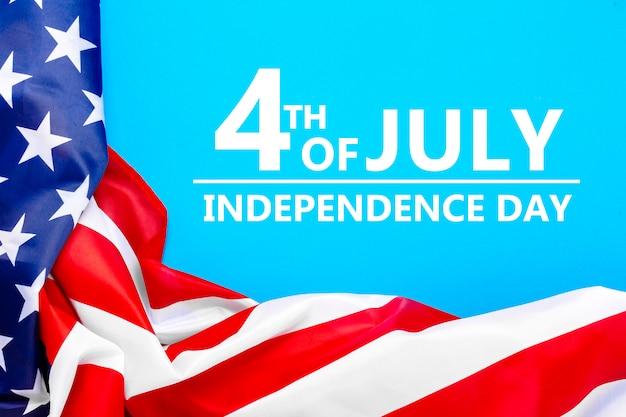 Bandeira dos eua em um espaço azul. estados unidos. dia do memorial do conceito, dia da independência, 4 de julho. camada plana, vista superior.