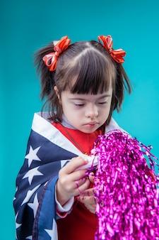 Bandeira dos eua. garota de cabelos curtos interessada cercada de elementos do dia da independência por toda parte