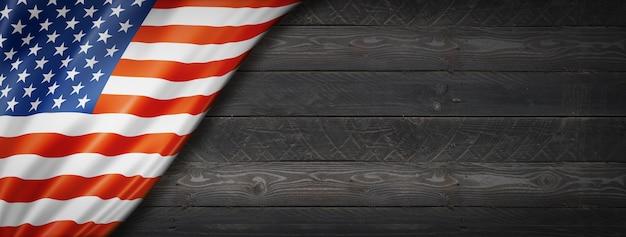 Bandeira dos eua na parede de madeira preta. banner panorâmico horizontal.