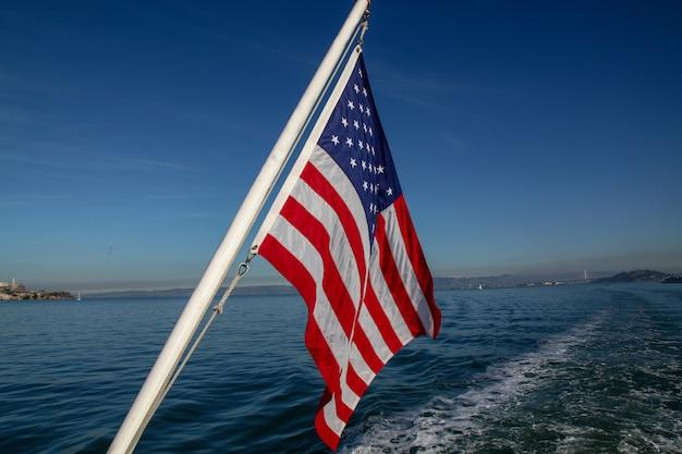 Bandeira dos eua no mar em san francisco, eua