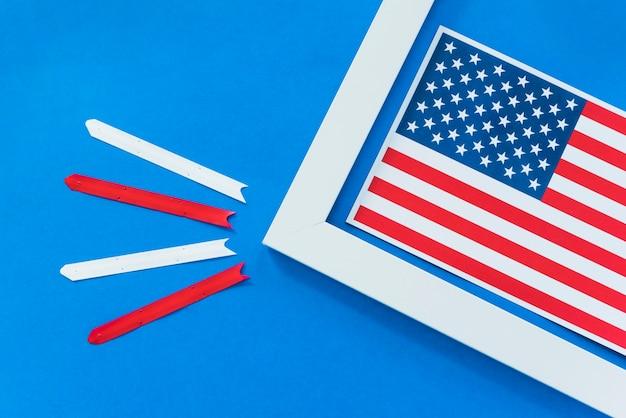 Bandeira dos eua no quadro com listras brancas e vermelhas