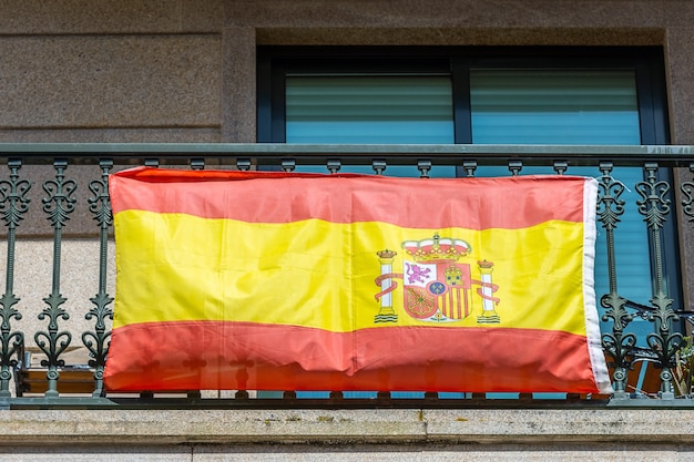 Bandeira espanhola na varanda de uma vista residencial da rua