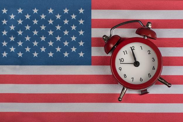 Bandeira eua com relógio antigo close-up