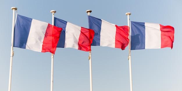 Bandeira francesa quatro acenando sobre o céu