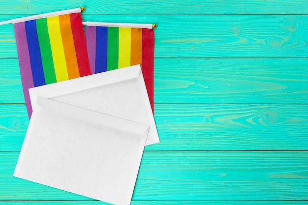Bandeira gay de arco-íris brilhante no fundo de madeira e espaço em branco